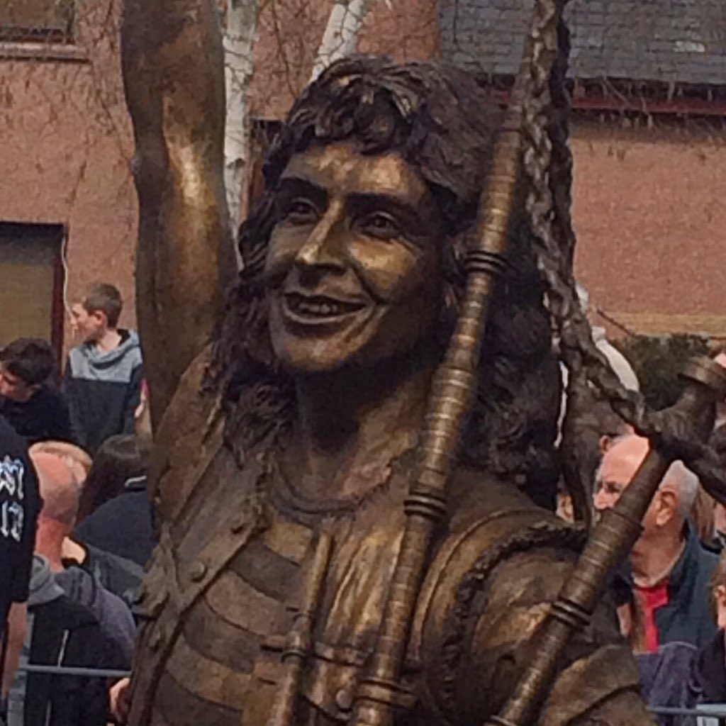 The great unveiling: the Bon Scott statue in his hometown of Kirriemuir, Scotland. #acdc #ScotSpirit https://t.co/Ivk5ABR82N