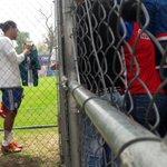 🐐 Un aficionado le pide a @G27Gullit firmar una playera de León, el accede con una sonrisa! 😀 https://t.co/ZbkHYE4IIo