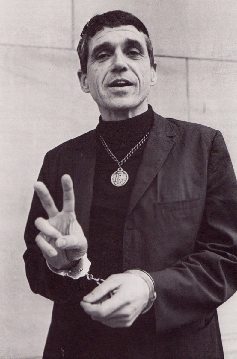 The great Daniel Berrigan, SJ, Jesuit priest, activist, poet and peacemaker, died today. May he rest in peace. https://t.co/SYcdaF2Zqq