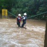 #Fotos: 10 personas fueron rescatadas del río de Oro, sector Colina. Confirmó Bomberos de Piedecuesta. https://t.co/9vm70eRd5D