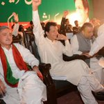 Imran khan speaks against offshore companies, surrounded by offshore company owners Aleem khan and Jahangir Tareen https://t.co/4JJgScRcEr