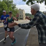 Free high fives at mile 24 from 91-year-old Eastern Avenue resident named Jerry. @WCPO @RunFlyingPig https://t.co/Vww4dV6nHr
