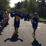 @RunECMarathon Today! @BluTheBlugold welcomes runners to #Blugold Mile! 1000 people cheering @UWEauClaire https://t.co/feRIHoZATh