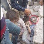 ٰ طفـــلة .. خرجت من تحت الأنقاض وأخرى خرج نصفها والأم .. لم تخرج إلا يدهــــا !! ٰ #أنقذوا_حلب فـ #حلب_تحترق https://t.co/T8bD6Pfdj9