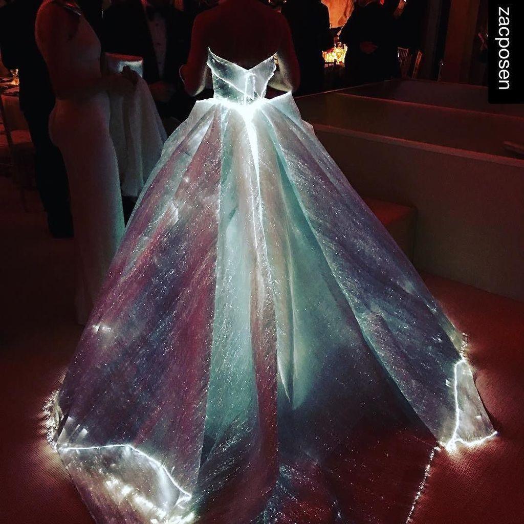 Claire Danes in a Zac Posen fiber optic dress /  #manusxmachina  #clairedanes #zacposen #m… https://t.co/WRvvga4wBs https://t.co/CXF1W6fwQt