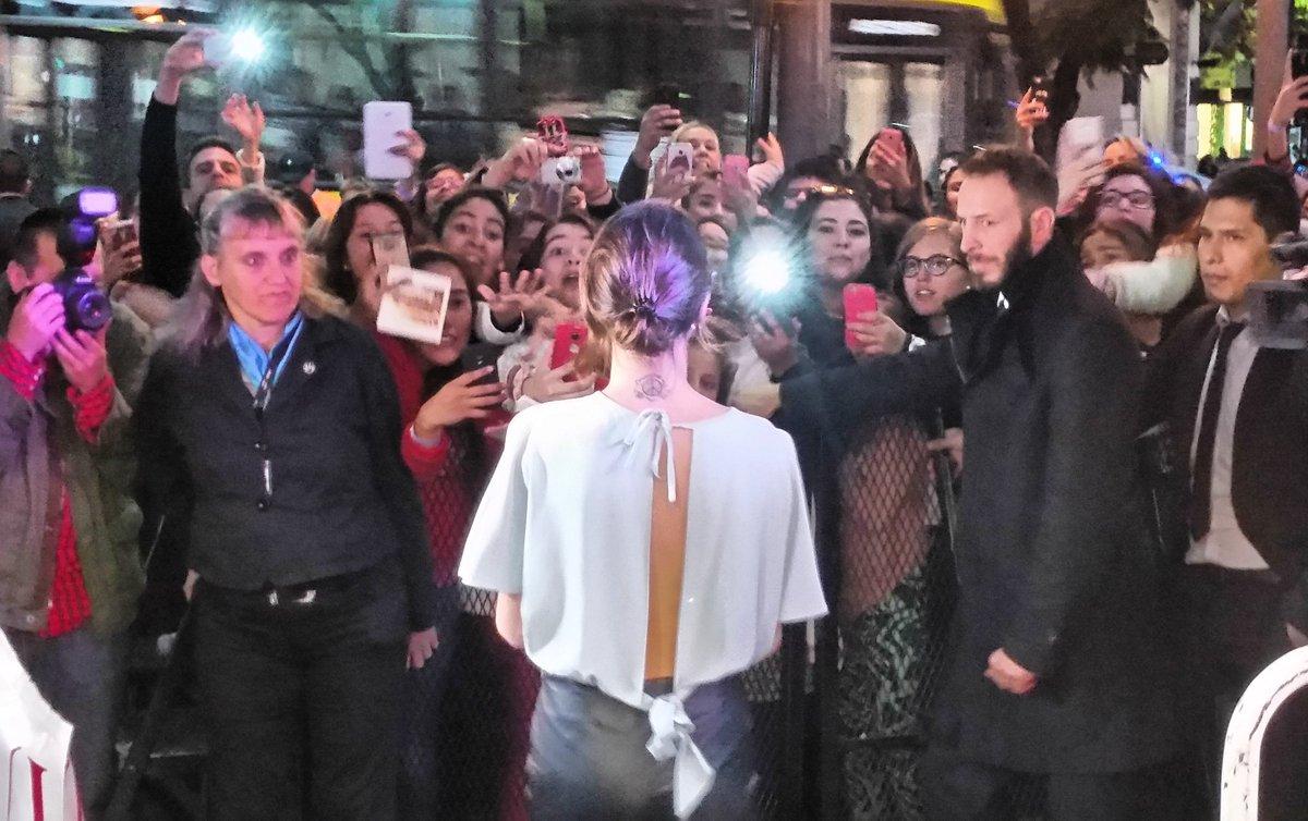 El esperado encuentro de @TiniStoessel y sus fans argentinos. Muchos acamparon durante dos días para verla de cerca. https://t.co/JebeK7ZpRu