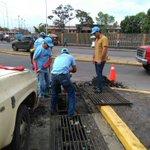 #AEstaHora | @MttoUrbano limpia drenaje en la av. Bolívar frente a la Redoma Juana La Avanzadora @Warner_Jimenez https://t.co/qsdRXaeFxH