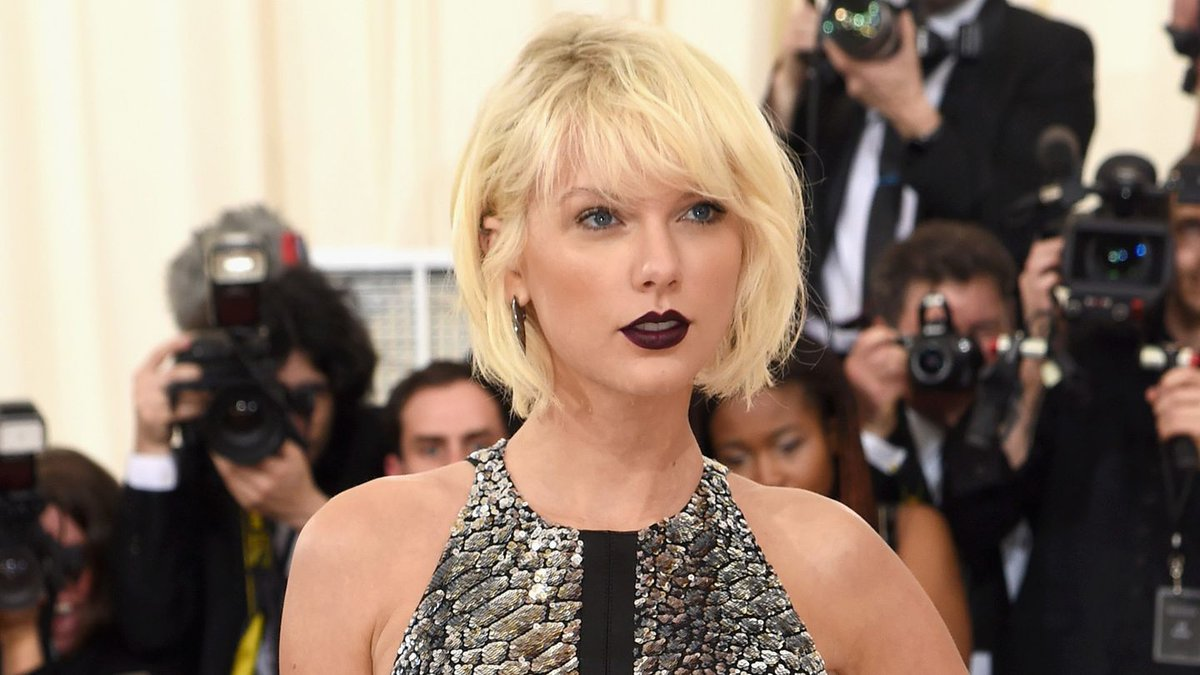 Taylor Swift Goes High-Fashion Alien For The Met Gala