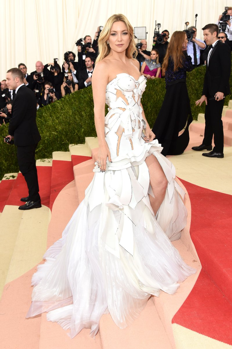 Kate Hudson is taking cut outs to the next level! #MetGala #redcarpet https://t.co/nCoHZNuJze