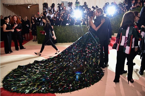 Zoe Saldana in a Dolce Gabanna dramatic black with a multicolored train #MetGala2016 https://t.co/6KU1zBz9rY