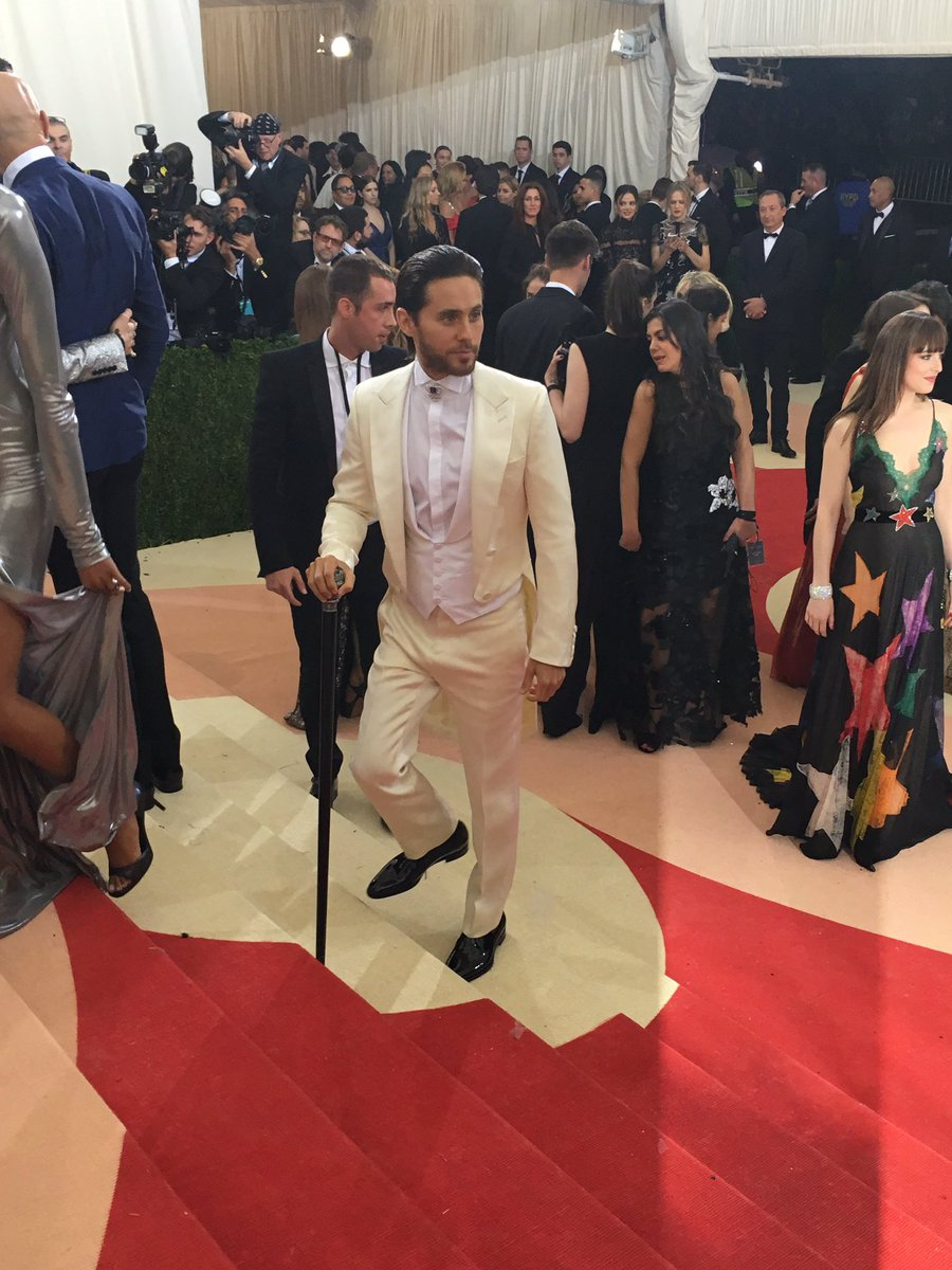 RT @metmuseum: Actor and musician @JaredLeto dons a classic tuxedo. #MetGala #JaredLeto #ManusxMachina https://t.co/AwRYiW1u9L