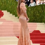 .@Beyonce arrives at the #MetGala wearing Beckys skin https://t.co/kxrazWOXdE