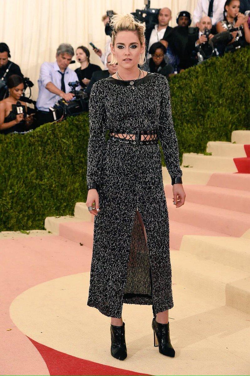 From the runway to the #METGala. Kristen Stewart in a @Chanel FW16 look. https://t.co/0zF1QTzaNb