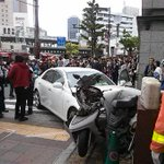 【神戸の中心部】JR三ノ宮駅前で車暴走、通行人ら複数はねられる https://t.co/ko3L23AyPm 交差点を斜めに突っ切るように暴走し、ビル1階付近に突っ込んだ。GW真っ最中で、多く観光客や買い物客らが訪れていた。 https://t.co/HoHqsybrep