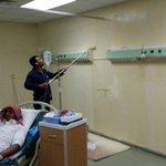 عامل يدهن جداراً بمستشفى الرس في وجود مريض دون مراعاة لحالته الصحية .  #السعودية #القصيم #الصحة  - https://t.co/w0vs1oBjve