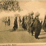 صـورة تاريـخية تعـود لـ عام 1905م فـي #مسقط لمجموعة من النساء يحملن جرار الماء. #تاريخ_عُمان https://t.co/72GqtGn4Xw