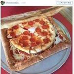 【天才】「ピザを入れるためのピザ」が発明される https://t.co/X2vW36IlSP 街中にピザの空箱が捨てられているので、「全部食べられるピザを作ってみたらどうなるかって思ったんだ」とのこと。 https://t.co/QADV5zcFdf