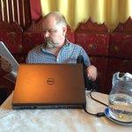 Helsingin keikalla mediatoimittaja M. Melto asentaa konetta työvalmiuteen samalla kun pohtii ruokatilausta. #työnilo https://t.co/1187NMvC2i
