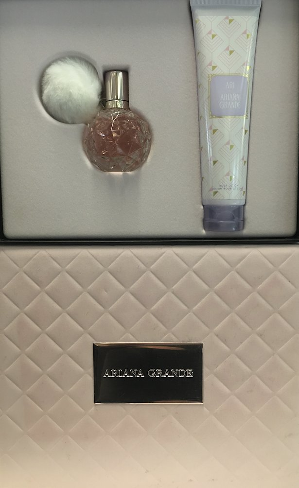 Wanna #win @ArianaGrande's Ari by #ArianaGrande perfume set? RT and Follow for a chance! Closes 2moz @ 4.30pm! https://t.co/D8mYimvEO7