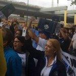 Trabajadores de Polar protestan en Cencoex exigiendo divisas para materia prima - https://t.co/nBykQIzEZM   https://t.co/UXCbdid2Ef
