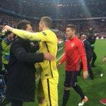 Oblak y @Simeone se funden en un abrazo al terminar el partido. ¡Qué partidazo del meta! #FCBAtleti #UCL #AúpaAtleti https://t.co/pjgvfqqyuv