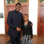 Naibu Waziri wa Afya @HKigwangalla akiwa na Getrude Clement. Kigwangalla ameahidi kumsomesha kidato cha tano na sita https://t.co/d5qh5gKVwg