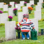 Kleine jongen legt  bloemen @russischereveld. Small boy brings flowers to graves on Russian Field of Honour https://t.co/TzgWRWAMjH