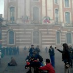 Utilisation massive de gaz lacrymogènes au #Capitole #Toulouse #NuitDebout #onvautmieuxqueça https://t.co/r6vnmXwP6F https://t.co/PVrpfD1Vap