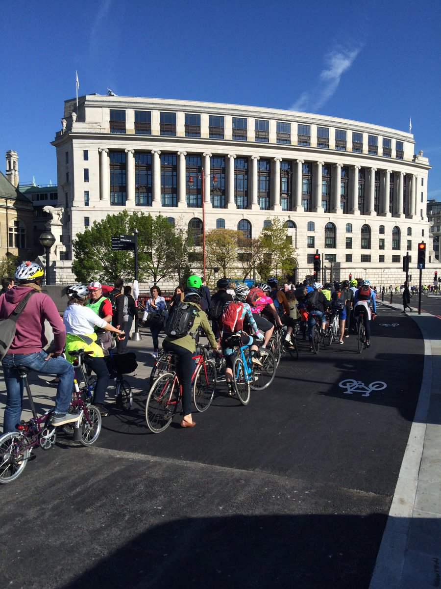 SO MANY CYCLISTS on Blackfriars Bridge Superhighway! Amazing to see. We need more of this https://t.co/9ahYY5WexH https://t.co/2bsUuwQgu1