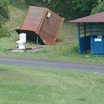 ゴルフ場でトイレしようと思ってるんだけど、小屋だけ強風で飛ばされてるんだが。 https://t.co/wmj9nuNFRw