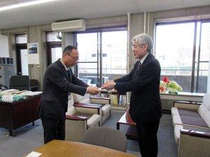 5月4日、教務長補佐 西川勢二が大分県庁を訪問し、義援金と寄付金あわせて3千万円をお届けしました。今後、熊本県ならびに熊本市への義援金をお届けする予定です。 https://t.co/tIdexeBWnN