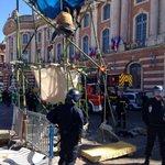 La place du Capitole est en cours dévacuation ! Venez soutenir les beaux artistes toulousains ! #NuitDebout 1/2 https://t.co/QryGiXefqI
