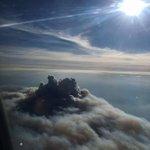 Spectaculaire photo du feu à Fort McMurray, prise hier dun avion. Photo : Erik Chartrand-Larsson #ymmfire https://t.co/WtDZy5gDJk