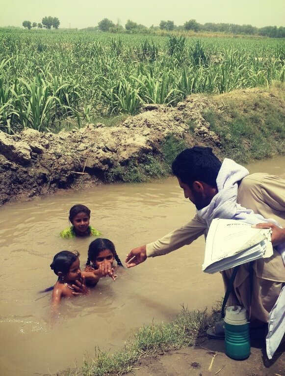 #Pakistan health worker checks if children taking baths in a canal have been vaccinated. #endpolio V/@PakFightsPolio https://t.co/f8V4uBTr8o