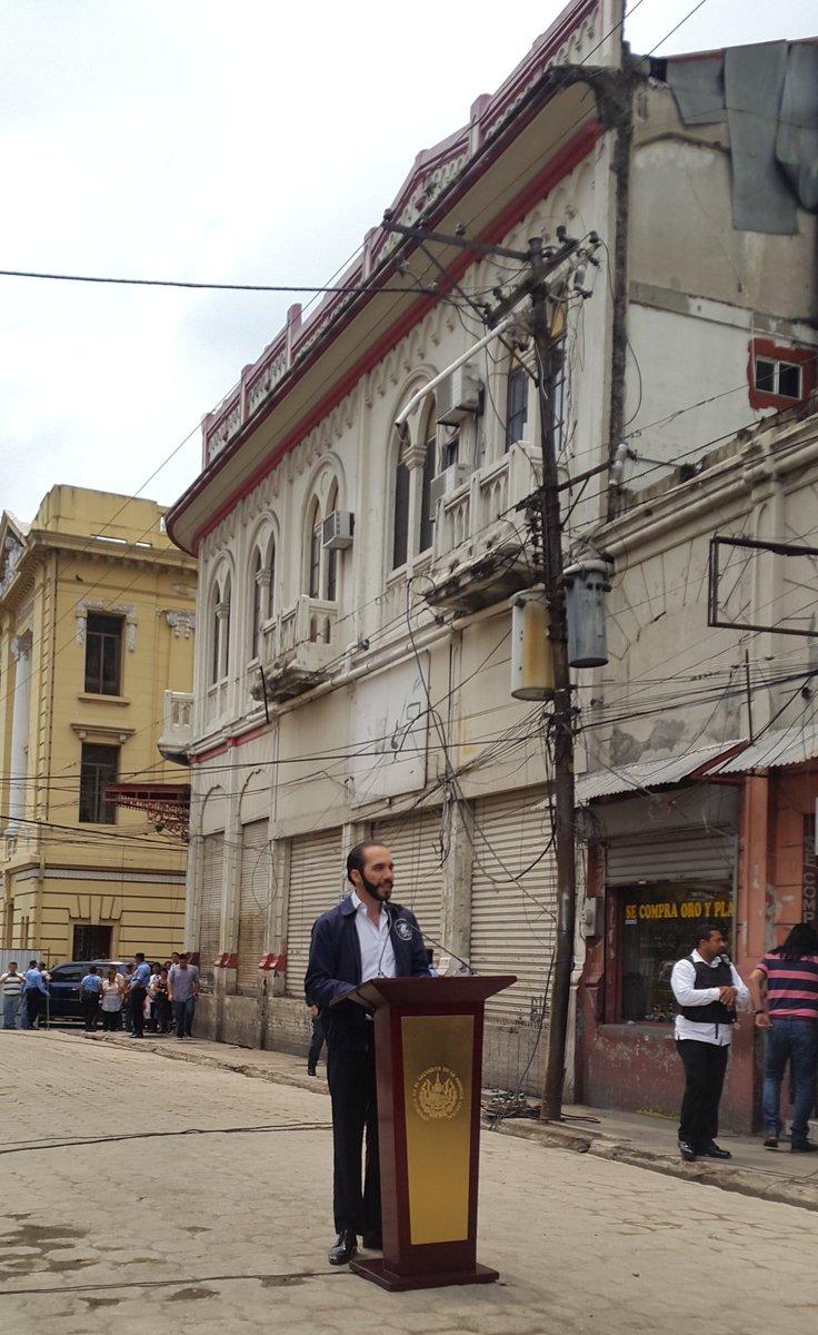 Alcalde @nayibbukele llegó a la calle Delgado, la cual ha sido liberada de ventas en el Centro Histórico de SS https://t.co/WXyHsnlgJm