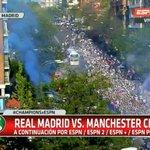 #CHAMPIONSxESPN ¡Impresionante recibimiento de los hinchas de Real Madrid al plantel en su llegada al estadio! https://t.co/OCf8AR1Jnb