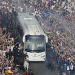 ¡Impresionante! ???????????? Miles de madridistas arropan al Madrid en su llegada al Bernabéu ▶️ https://t.co/nruaaa2vpX https://t.co/lNsmNklSUC