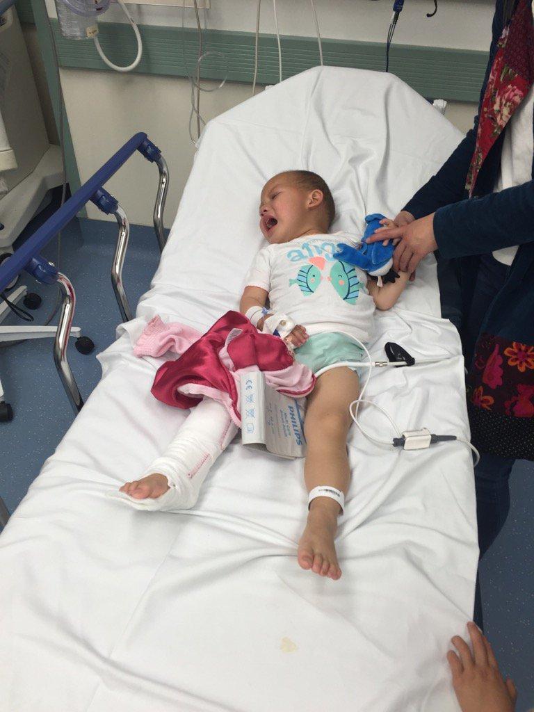 女儿确诊患了神经母细胞肿瘤(Neuroblastoma),腹部肿瘤有13cm大小,癌细胞已经扩散到骨头,医生建议切片检查,下周开始手术,治疗成功的机率是70%,求上帝保佑,看护她度过难关,才2岁半,她还太小。拜托! https://t.co/sDHmSyGaWP