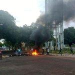 Há queima de pneus na manifestação dos estudantes da UEAP https://t.co/jP7eUbJ2hF