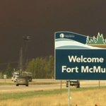 Feu de forêt à #FortMcMurray : -88 000 personnes évacuées -1600 bâtiments détruits -100 km carrés touchés https://t.co/rbBqO5LSME