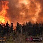Canada : les feux ravagent la ville de Fort McMurray, l'état d'urgence déclaré https://t.co/tOZiljucR6 https://t.co/bO807R7efr