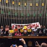 Em sessão histórica, deputados ocupam a Mesa Diretora. Desta vez sob o comando da deputada Luiza Erundina #ForaCunha https://t.co/YbBy7avEdk