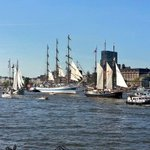 Sonne, blauer Himnel, 18 Grad: #Hamburg feiert 827. #Hafengeburtstag. Große Einlaufparade der Schiffe auf der Elbe! https://t.co/XTk3rWfQFR