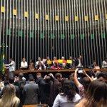 Sessão segue com falas de parlamentares na tribuna sem serviço de som. #ForaCunha https://t.co/qBtcmia1Vj