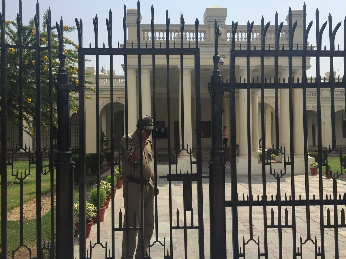 2 gates,no entry, not even Info officer spkng. Does @PMOIndia degree scrutiny really warrant this @DelhiUniversity ? https://t.co/VYEYI1k50Q