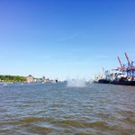 #Hamburg voraus! Die #FregatteBrandenburg fährt an der Spitze der Einlaufparade in den #Hafen ein. #Hafengeburtstag https://t.co/QO0179OHYl