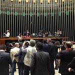 Erundina assume a mesa da Câmara, sem serviço de som, após sessão ser encerrada pelo vice-presidente Maranhão. https://t.co/CxfpZiGJpL
