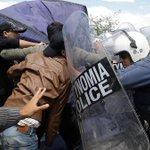 Neue Eskalation in Idomeni: Flüchtlinge wehren sich gegen Räumung https://t.co/727flG1uHx https://t.co/T55o0OhRp1