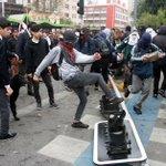 """Acá """"luchadores sociales"""" ajusticiando al semáforo opresor. Así con las marchas pacíficas de la izqda estudiantil. https://t.co/ke7ac9VMyY"""