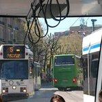Touringcars maken t steeds bonter: Uit Leidsestraat OVER trambaan richting Leidseplein.@020centrum #movethatbus https://t.co/kXSDs1G8uX